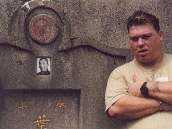 Sifu Ruud Perreijn bij het graf van Yip Man